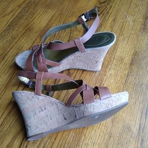GUESS 9.5 camel leather wedges